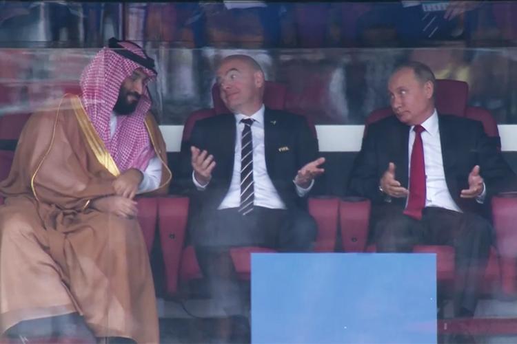 O presidente russo Vladimir Putin e o presidente da Fifa, Gianni Infantino, consolam o príncipe árabe Mohammad bin Salman, na abertura da Copa do Mundo, entre Rússia e Arábia Saudita - 14/06/2018