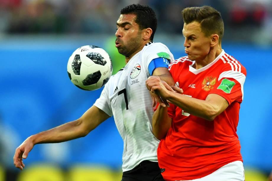 Denis Cheryshev (dir) disputa bola com Ahmed Fathy, durante partida entre Rússia e Egito, válida pelo grupo A da Copa do Mundo - 19/06/2018