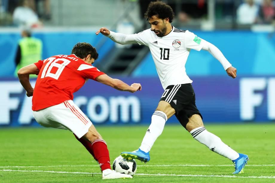 Mohamed Salah disputa bola com Yury Zhirkov durante partida entre Rússia e Egito, válida pelo grupo A da Copa do Mundo - 19/06/2018