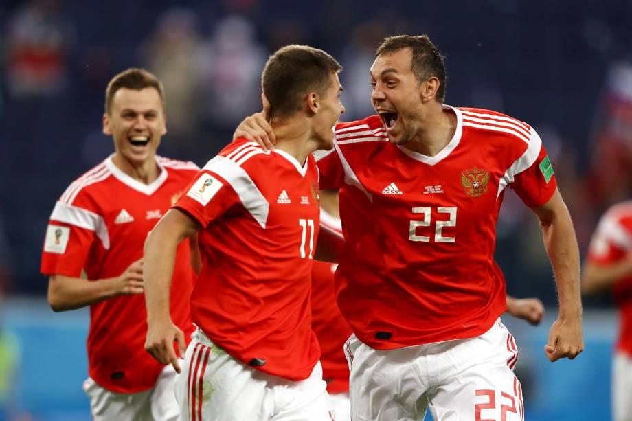 Jogadores da Rússia comemoram após abrirem o placar contra o Egito, em partida válida pelo grupo A da Copa do Mundo da Rússia, realizada em São Petersburgo - 19/06/2018