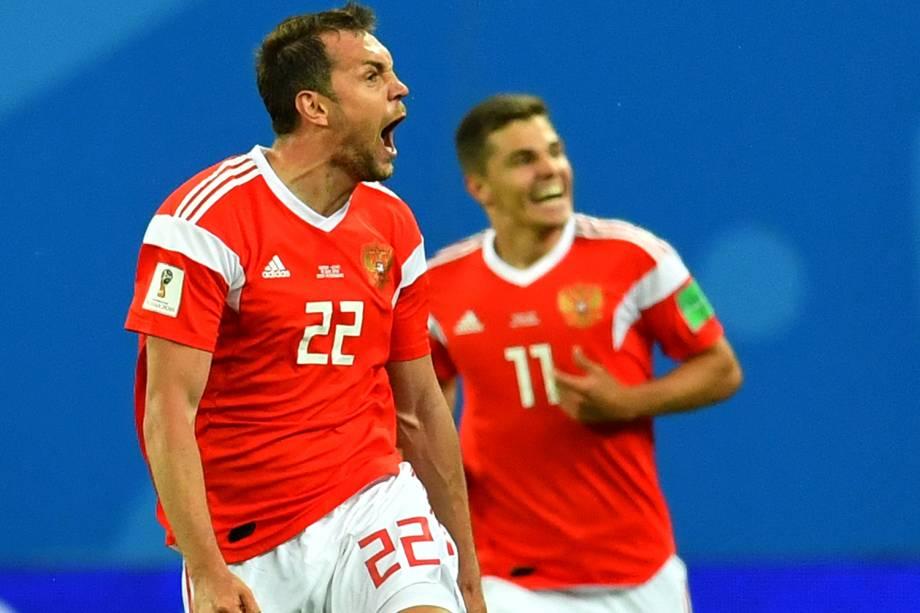 Artem Dzyuba comemora após marcar o terceiro gol da Rússia, durante partida contra o Egito, válida pelo grupo A da Copa do Mundo  - 19/06/2018
