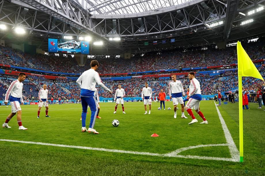 Jogadores russos aquecem para a partida da sehgunda rodada do Grupo A contra o Egito