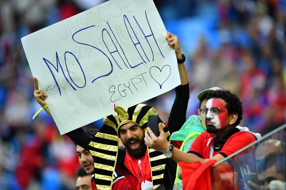 Torcedor do Egito segura um cartaz para Mohamed Salah, o craque do time, antes do início da partida contra a Rússia