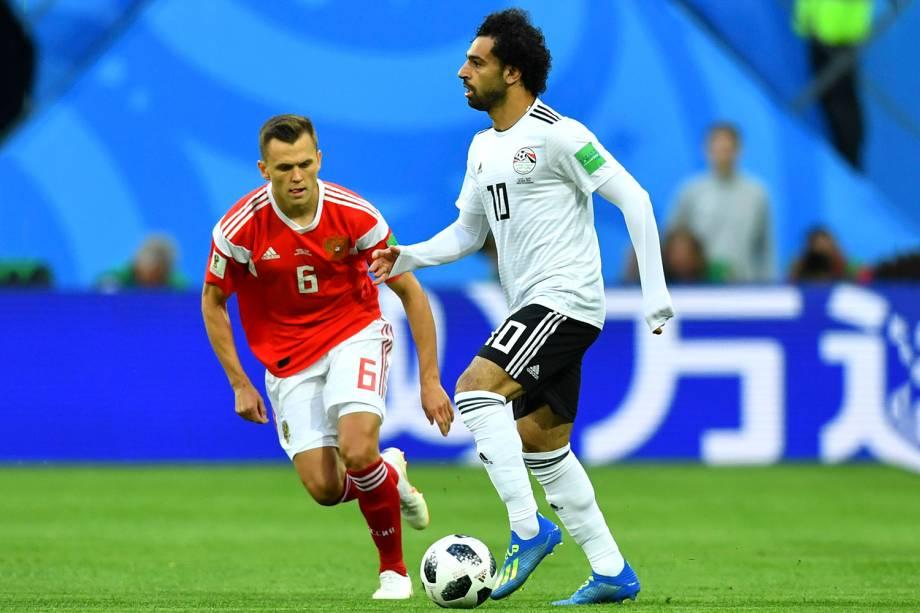 Denis Cheryshev, da Rússia, marca o ponta-direita do Egito Mohamed Salah