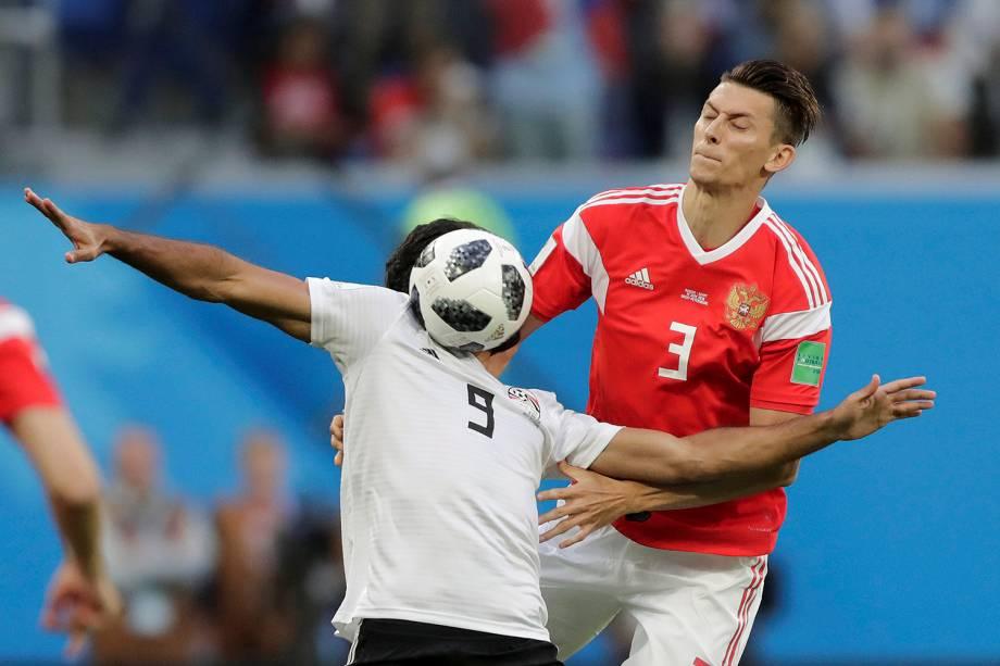 O egípcio Marwan Mohsen mata uma bola no peito enquanto Ilya Kutepov, da Rússia, fica na marcação