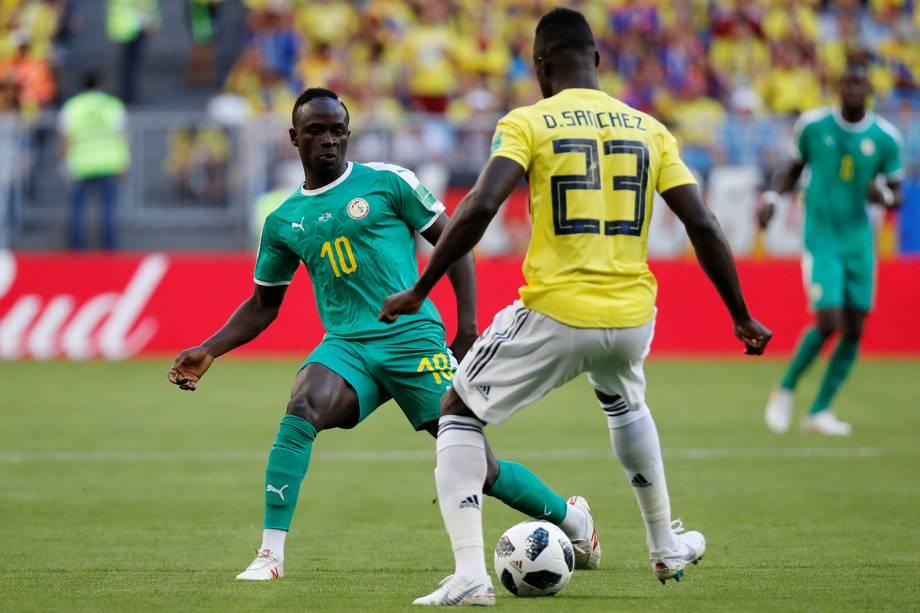 Sadio Mane do Senegal disputa a bola com Davinson Sanchez - 28/06/2018