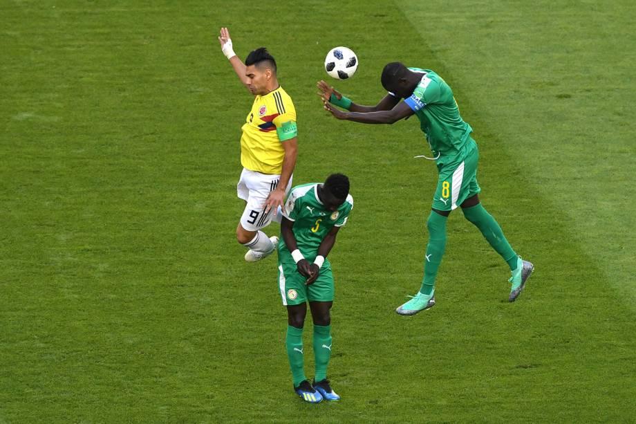 Cheikhou Kouyate, do Senegal, durante jogada contra Radamel Falcao, da Colômbia - 28/06/2018
