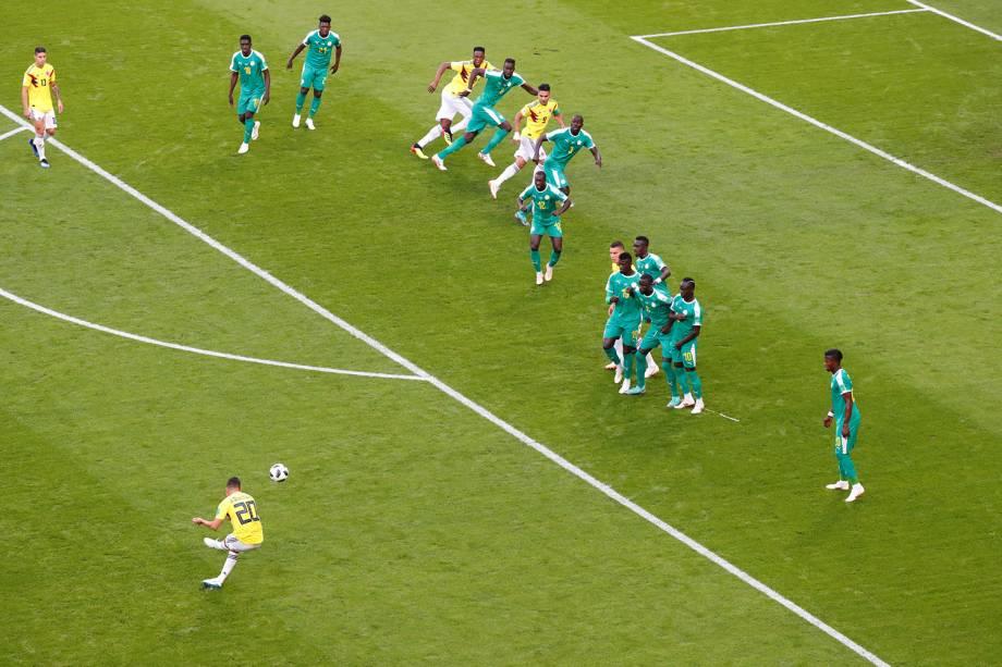 Juan Fernando Quintero da Colômbia chuta para o gol em tiro livre durante partida contra o Senegal - 28/06/2018