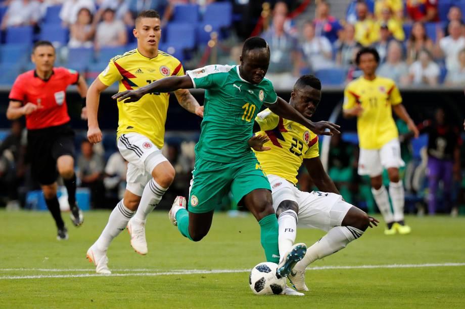 Sadio Mane do Senegal disputa a posse de bola com Davinson Sanchez da Colômbia - 28/06/2018