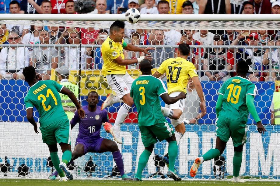 Radamel Falcao da Colômbia tenta marcar gol em partida contra a Colômbia - 28/06/2018