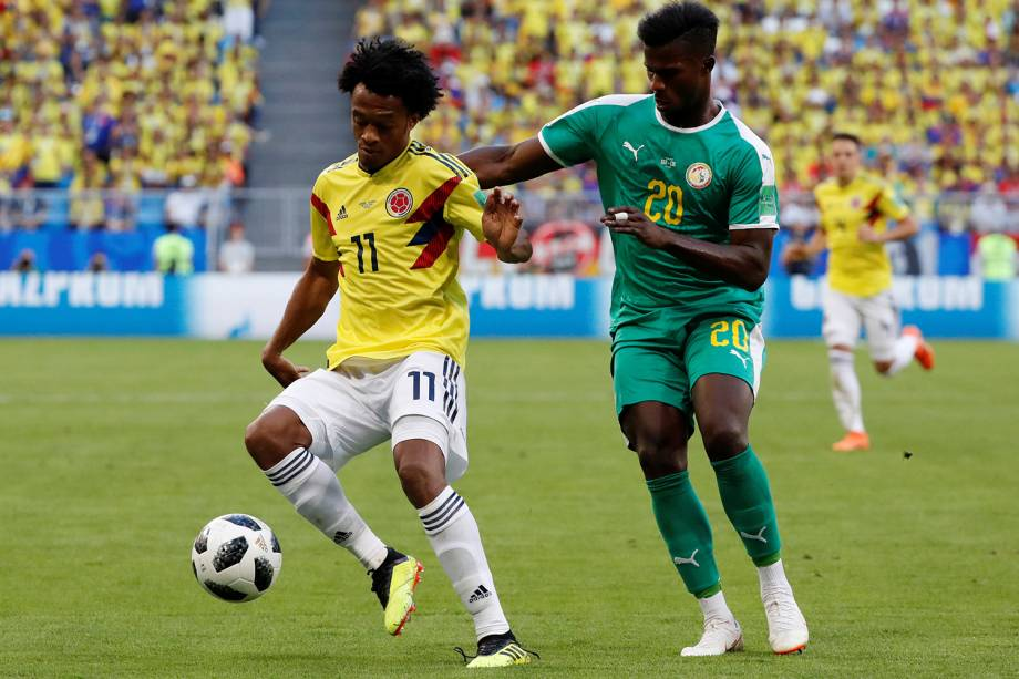 Juan Cuadrado da Colômbia disputa a bola com Keita Balde do Senegal - 28/06/2018