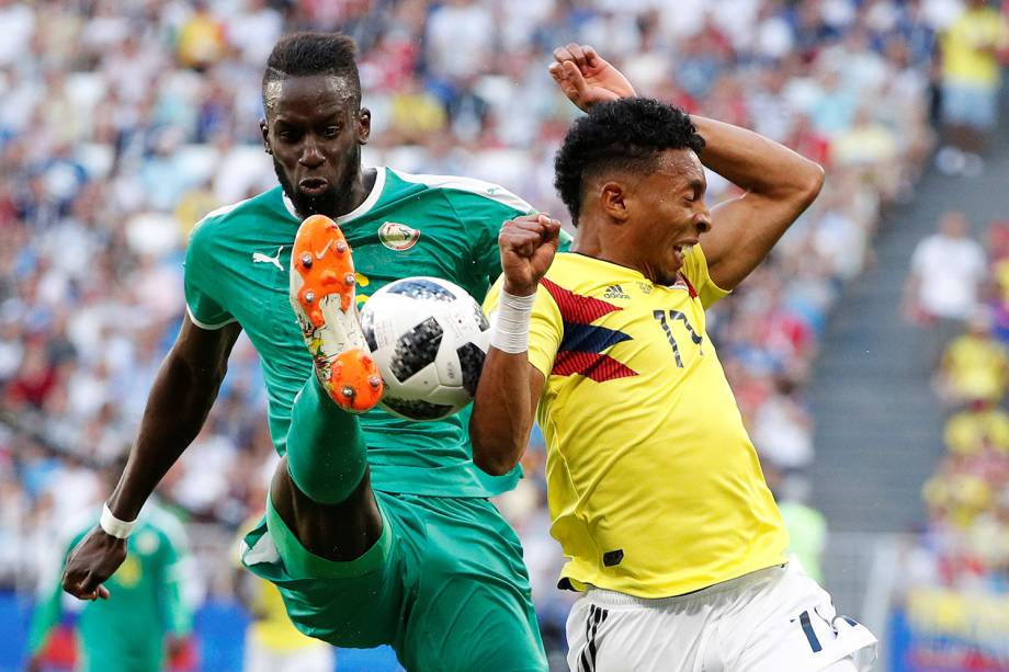 Salif Sane do Senegal durante jogada contra Johan Mojica - 28/06/2018