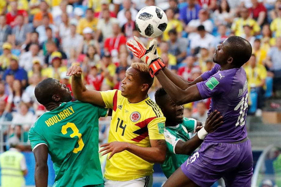 Khadim N'Diaye do Senegal defende cabeceada de Luis Muriel da Colômbia - 28/06/2018