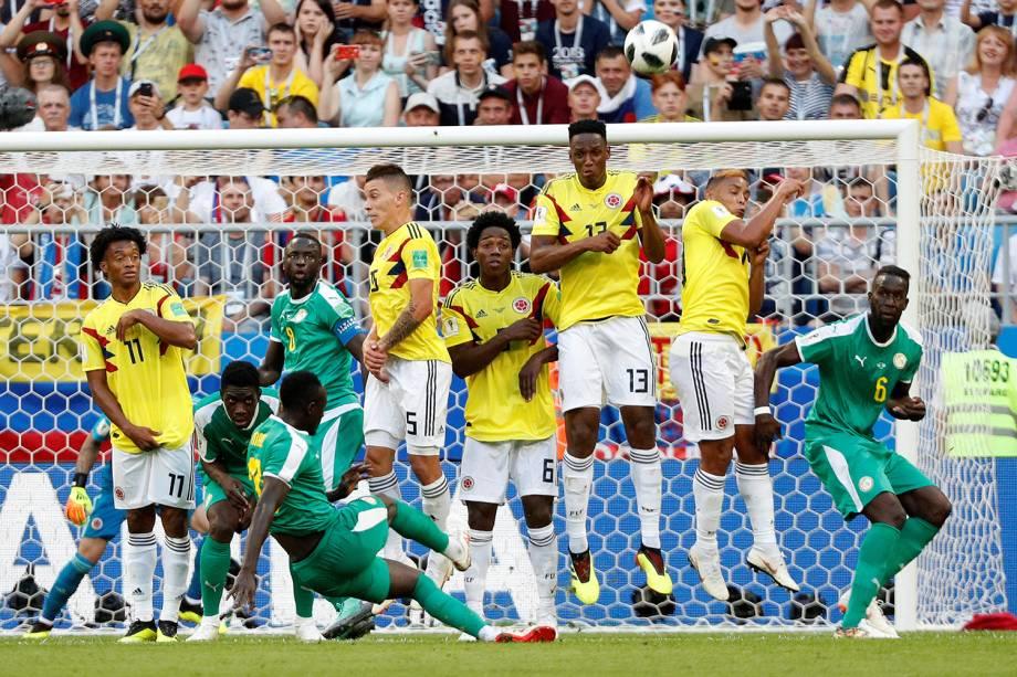 Sadio Mane do Senegal tenta marcar gol por tiro livre em partida contra a Colômbia - 28/06/2018