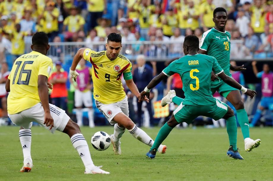 Radamel Falcao da Colômbia durante jogada contra Idrissa Gueye do Senegal - 28/06/2018