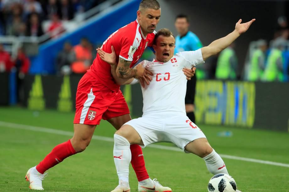 O sérvio Aleksandar Kolarov em ação contra o suíço Xherdan Shaqiri durante partida válida pela segunda rodada do grupo E, em Kaliningrado - 22/06/2018