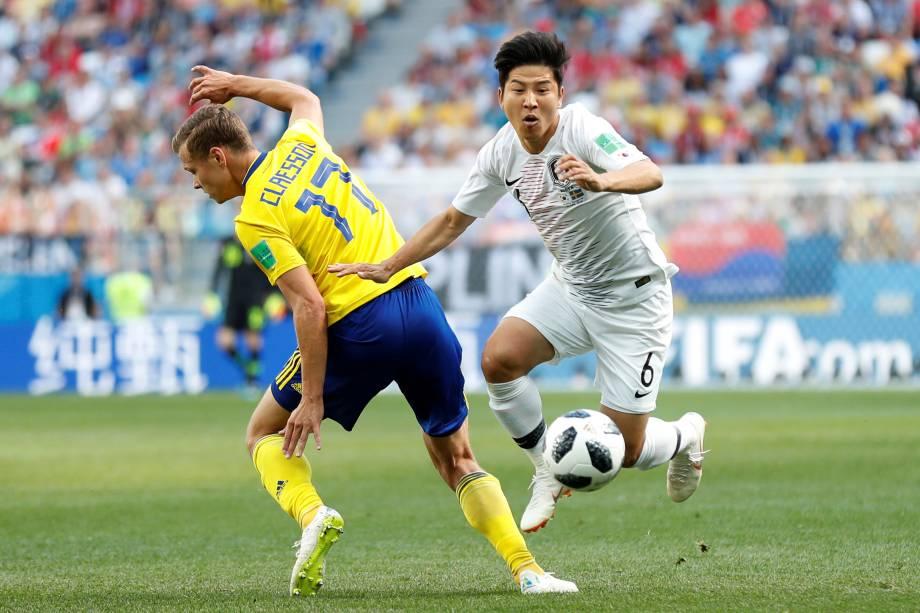 Park Joo-ho da Coreia do Sul disputa jogada com o suceo Viktor Claesson na partida de estreia das seleções do Grupo F no estádio Níjni Novgorod - 18/06/2018