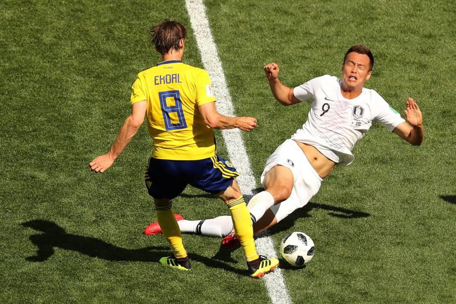 Albin Ekdal da Suécia disputa a bola com Kim Shin-wook da Coreia do Sul na partida de estreia das seleções do Grupo F no estádio Níjni Novgorod - 18/06/2018