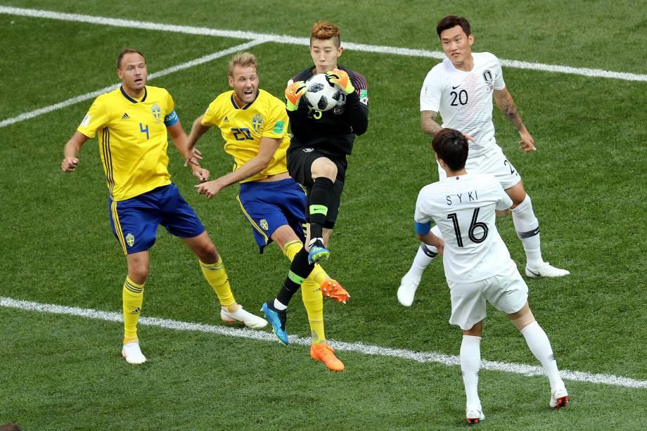O goleiro sul-coreano Cho Hyun-woo salta para fazer a defesa na partida contra a Suécia no estádio de Níjni Novgorod - 18/06/2018