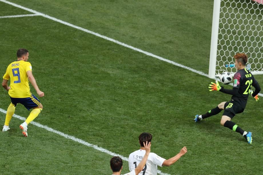 O goleiro Cho Hyun-woo faz defesa após tentativa do atacante sueco Marcus Berg