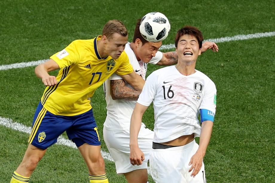 Viktor Claesson, da Suécia, disputa uma bola de cabeça com os sul-coreanos Ki Sung-yueng e Jang Hyun-soo