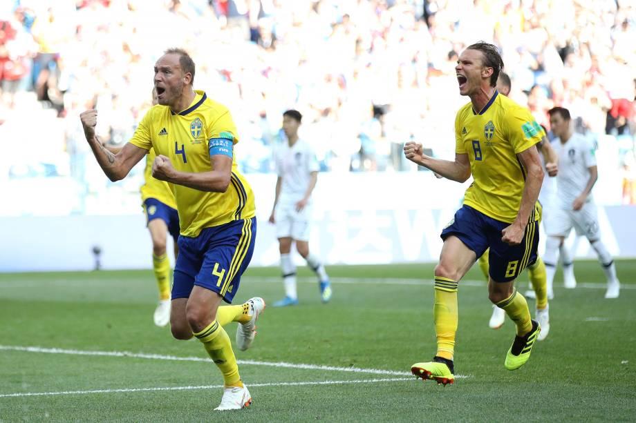Andreas Granqvist comemora gol de pênalti da Suécia, marcado com o auxílio do árbitro de vídeo, na partida contra a Coreia do Sul no estádio Níjni Novgorod - 18/06/2018