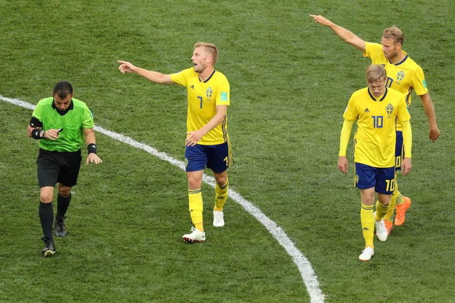 O árbitro Joel Aguilar interrompe partida para revisão de lance de pênalti a favor da Suécia na partida contra a Coreia do Sul - 18/06/2018
