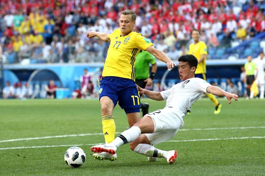 Kim Min-Woo, da Coreia do Sul, derruba Viktor Claesson dentro da área em lance decidido pela interferência do árbitro de vídeo - 18/06/2018
