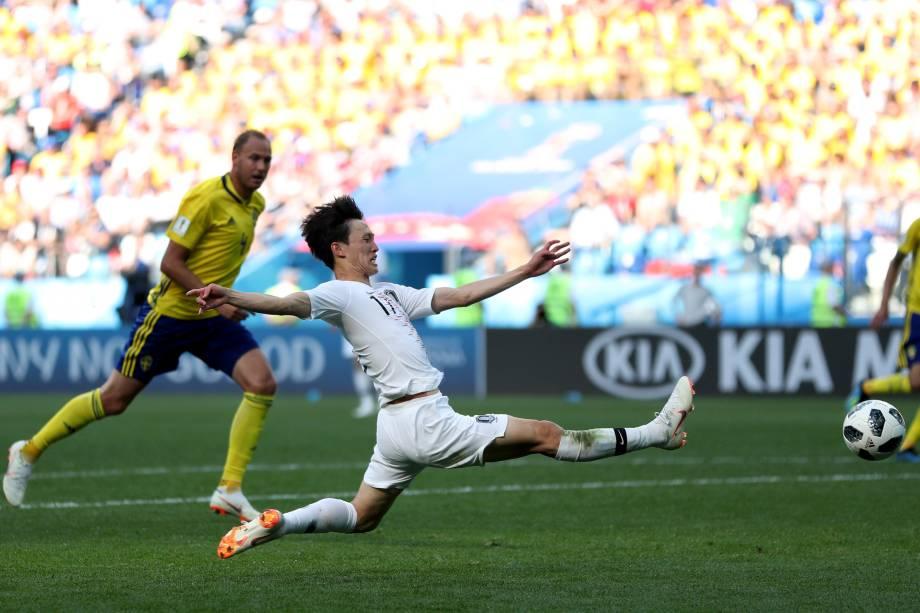 O coreano Lee Jae-sung se estica para alcançar a bola durante a partida contra a Suécia