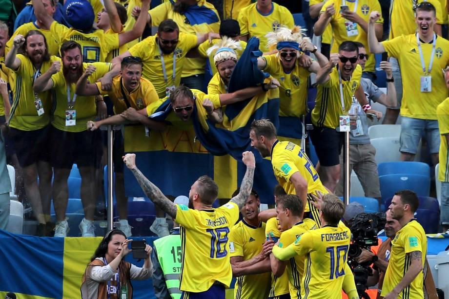 Jogadores suecos comemoram próximos aos torcedores após o término da partida contra a Coréia do Sul