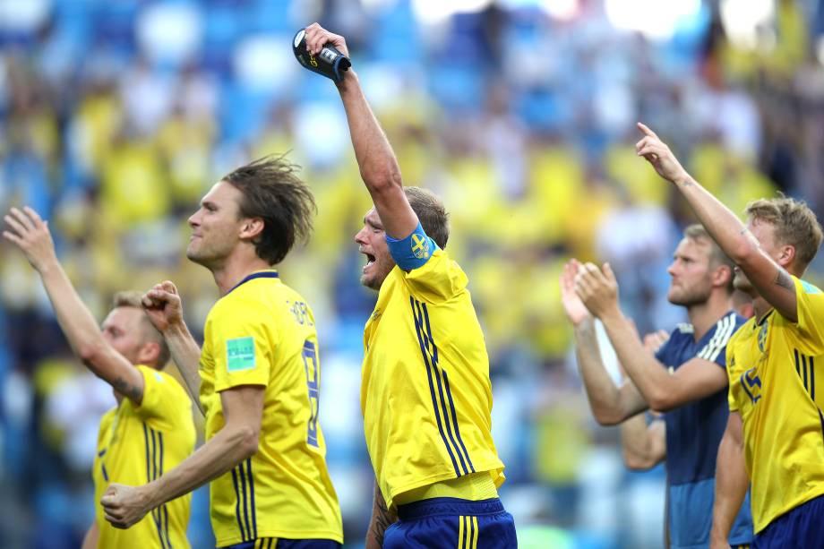 Albin Ekdal e Andreas Granqvist, da Suécia, são vistos durante a comemoração após vencer a Coréia do Sul no estádio Nizhniy Novgorod