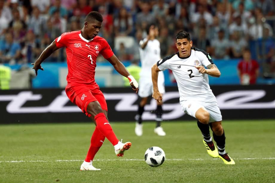 Breel Embolo da Suíça durante jogada contra Johnny Acosta da Costa Rica no Estádio Níjni Novgorod  - 27/06/2018