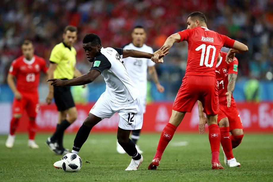 Joel Campbell da Costa Rica disputa a posse de bola com Granit Xhaka da Suíça no Estádio Níjni Novgorod - 27/06/2018