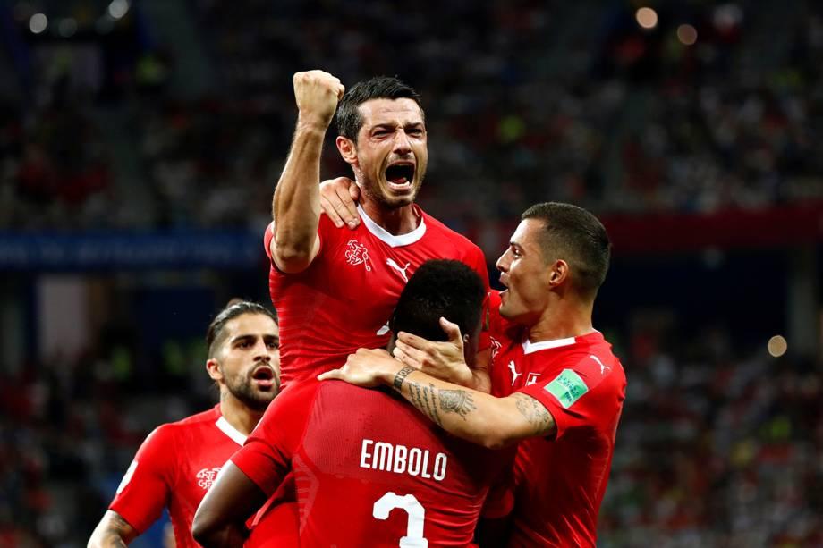 Blerim Dzemaili comemora seu primeiro gol com seus companheiros de time durante partida contra a Costa Rica - 27/06/2018