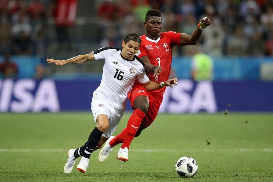 Cristian Gamboa da Costa Rica disputa a posse de bola com Breel Embolo da Suíça - 27/06/2018
