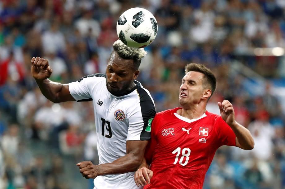 Kendall Waston da Costa Rica disputa bola com Mario Gavranovic da Suíça - 27/06/2018