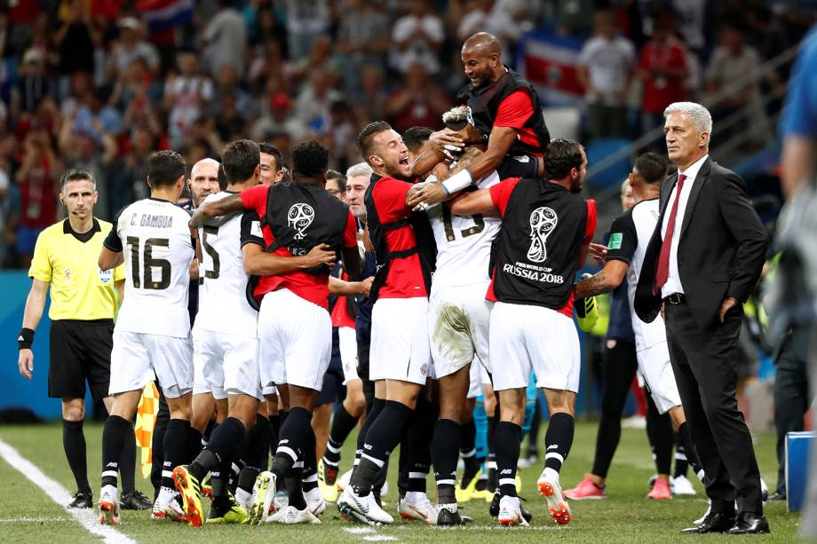 Time da Costa Rica comemora gol marcado por Kendall Waston em partida contra a Suíça - 27/06/2018