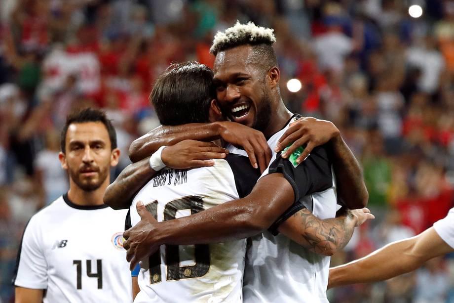 Bryan Ruiz da Costa Rica comemora com companheiros de time segundo gol na partida contra a Suíça - 27/06/2018