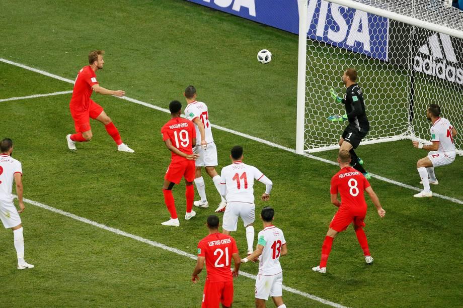 Harry Kane, da Inglaterra, faz gol de cabeça contra a Tunísia, em partida válida pelo grupo G da Copa do Mundo - 18/06/2018