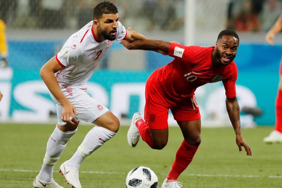 Raheem Sterling (esq) disputa bola com Syam Ben Youssef (dir), durante partida entre Tunísia e Inglaterra, válida pelo grupo G da Copa do Mundo, realizada em Volgogrado - 18/06/2018