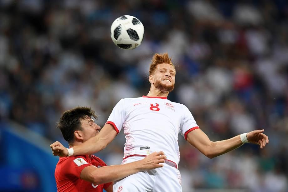 Fakhreddine Ben Youssef (esq), em disputa de bola com Harry Maguire( (dir), durante partida entre Tunísia e Inglaterra, válida pelo grupo G da Copa do Mundo, realizada em Volgogrado - 18/06/2018