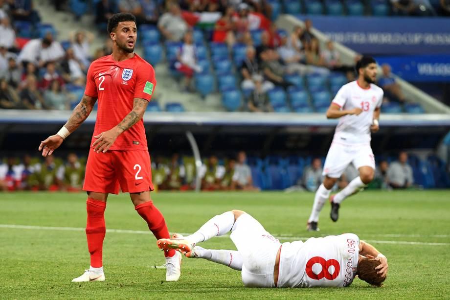 Kyle Walker, da Inglaterra, comete pênalti em Fakhreddine Ben Youssef, da Tunísia, durante partida válida pelo grupo G da Copa do Mundo da Rússia - 18/06/2018
