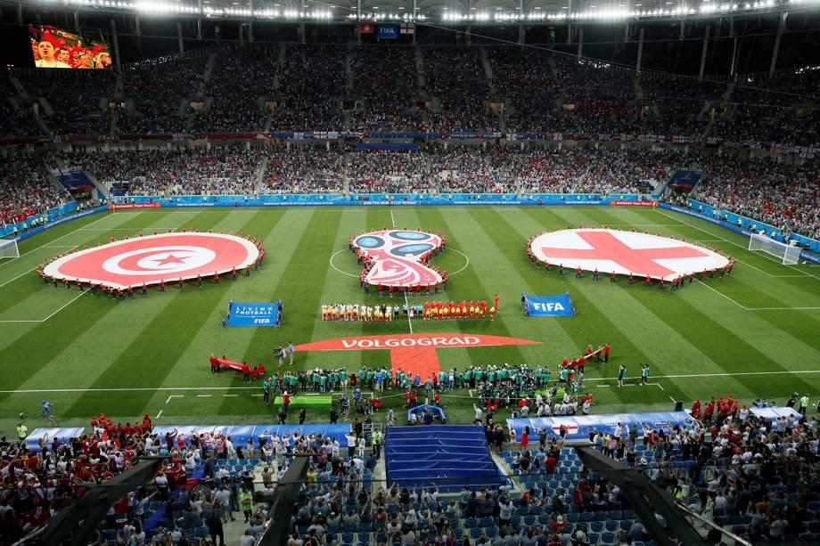 As seleções de Tunísia e Inglaterra cantam os hinos nacionais antes do início da partida