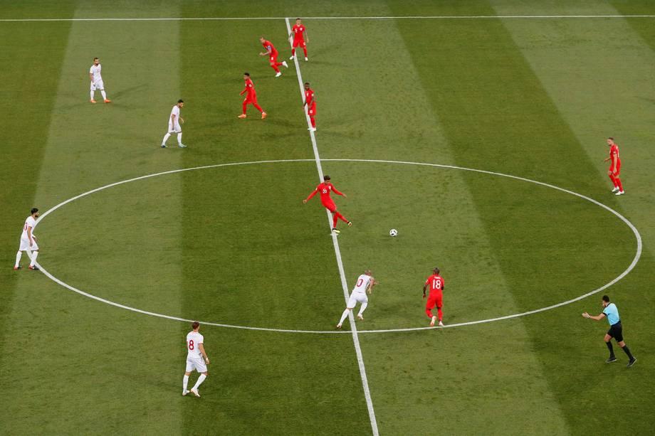 Dele Alli dá o pontapé inicial da partida entre Tunísia e Inglaterra no estádio Volgograd