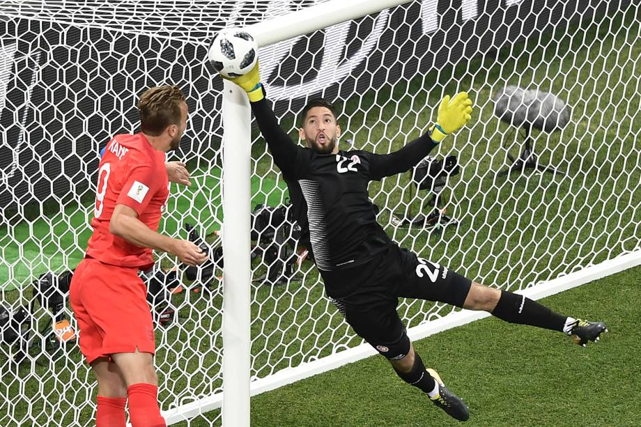 Mouez Hassen, goleiro da Tunísia, evita o cabeceio de Harry Kane, da Inglaterra