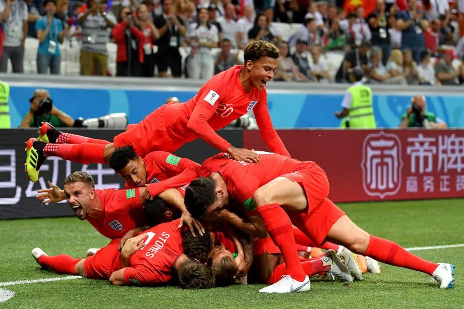 Companheiros de time se amontoam sobre Harry Kane, da Inglaterra, durante a comemoração de seu gol