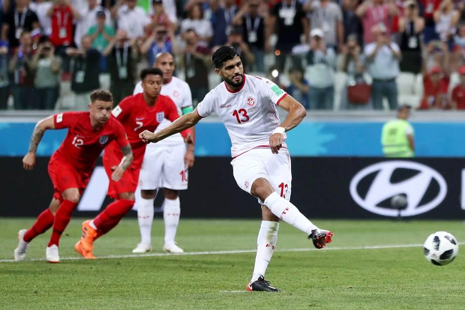 Ferjani Sassi, da Tunísia, marca o primeiro gol durante uma cobrança de pênalti contra a Inglatera