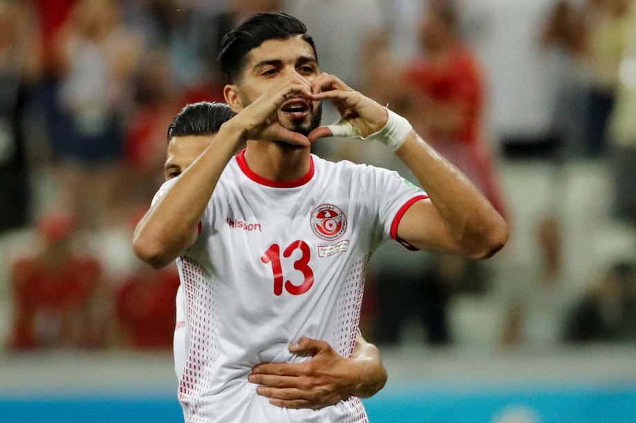 Ferjani Sassi, da Tunísia, comemora o gol de penalti marcado contra a Inglaterra no estádio Volgograd