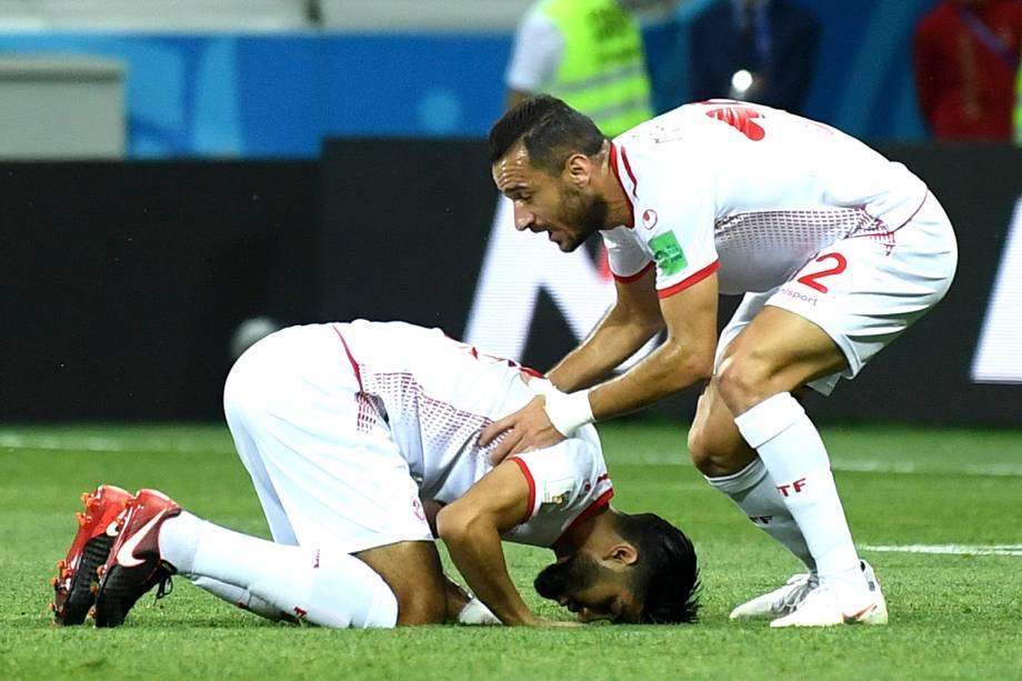 Ferjani Sassi, da Tunísia, comemora como se estivesse rezando, o gol de penalti marcado contra a Inglaterra no estádio Volgograd