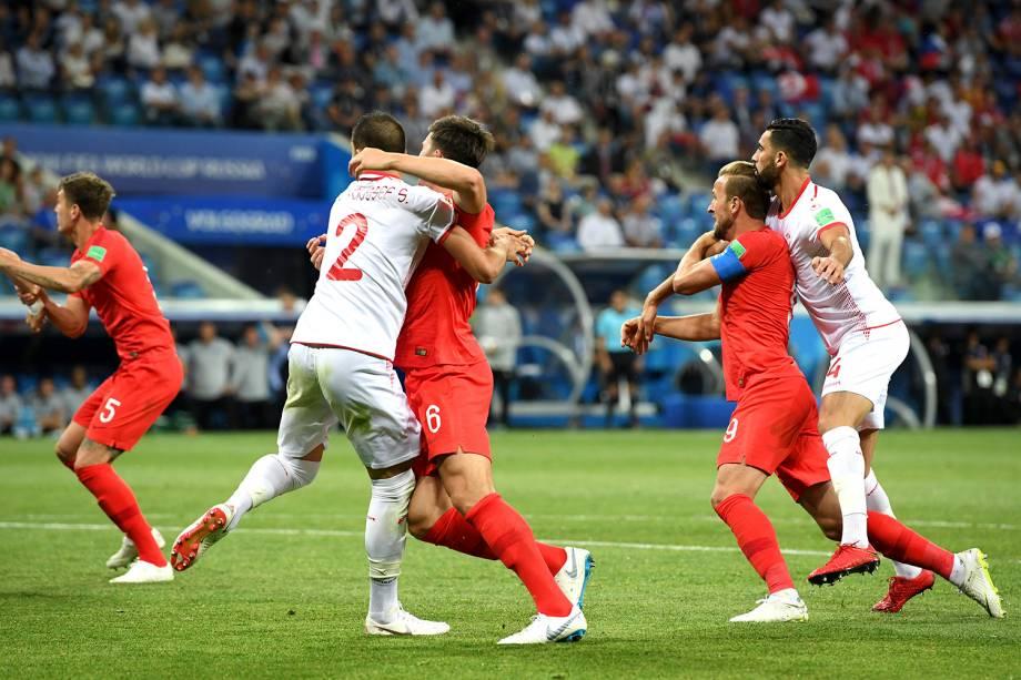 Syam Ben Youssef, da Tunísia, e Harry Maguire, da Inglaterra disputam posição durante a cobrança de um escanteio